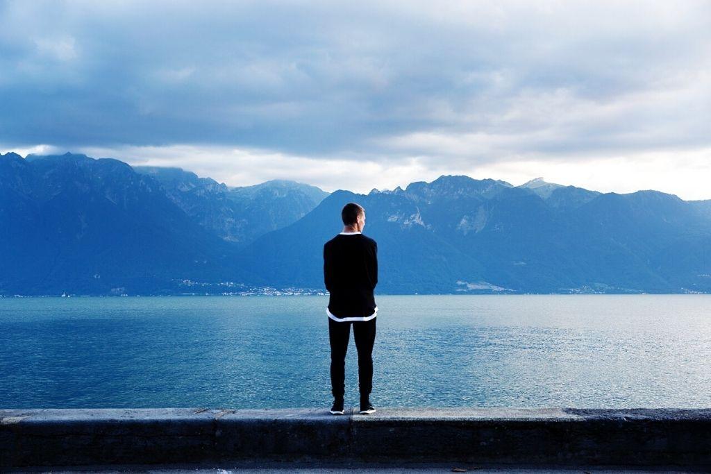 Come combattere la solitudine: studi scientifici e un piccolo gesto che può servirti